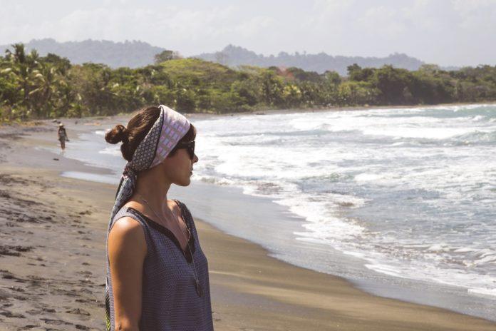 Apaszka – niezbędna w plażowej stylizacji