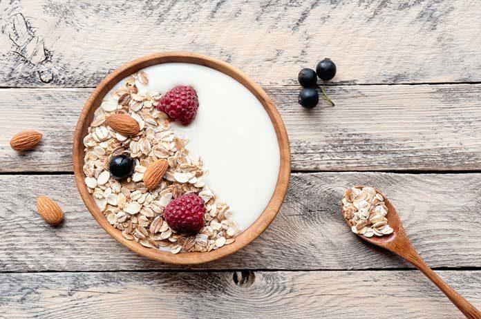 Jogurt naturalny na śniadanie – jak i z czym go podawać