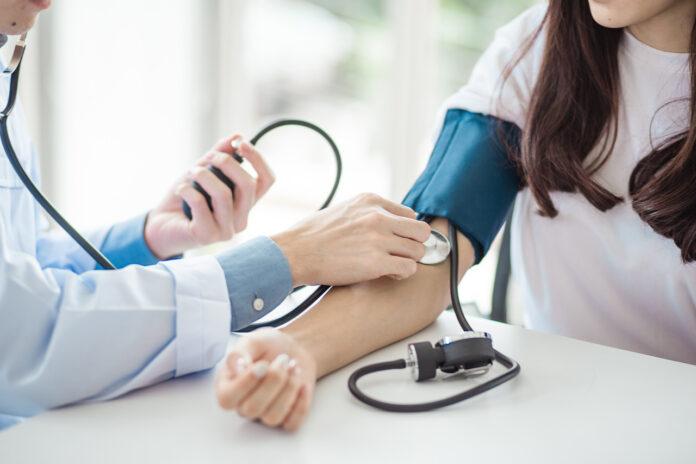 Lekarz mierzący ciśnienie pacjentce